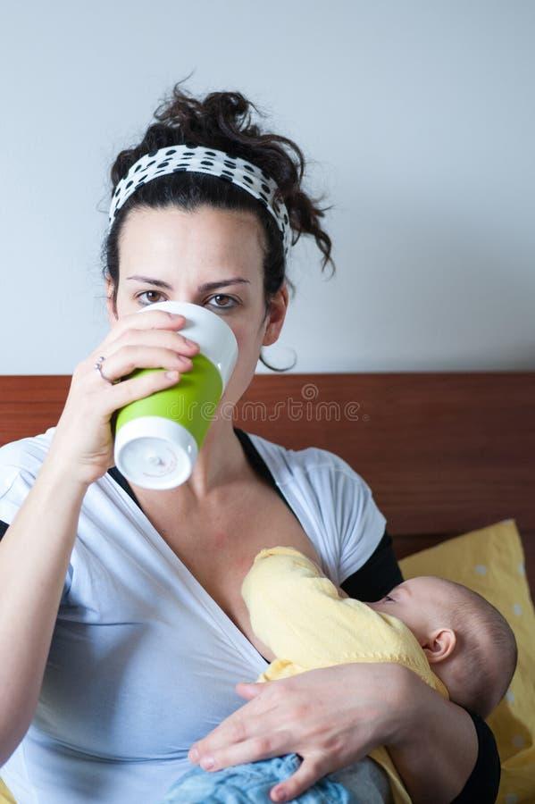 Младенец матери выпивая suckles от груди стоковое изображение