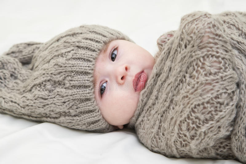 младенец милый немногая Newborn ребёнок в шляпе связанной пинком Концепция воспитания или влюбленности стоковые изображения rf