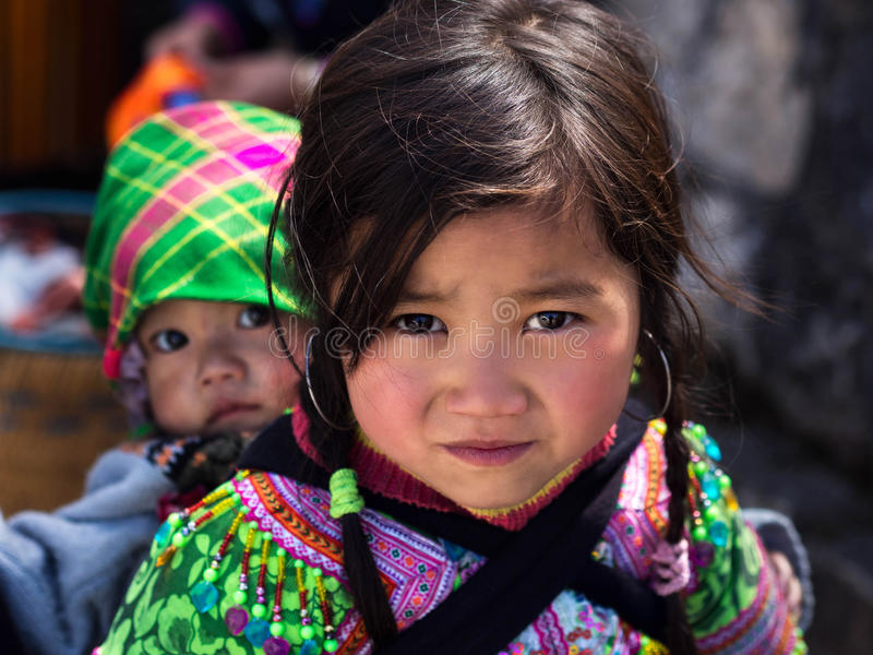 Младенец нося неопознанной девушки Hmong в Sapa, Lao Cai, Вьетнаме стоковые изображения