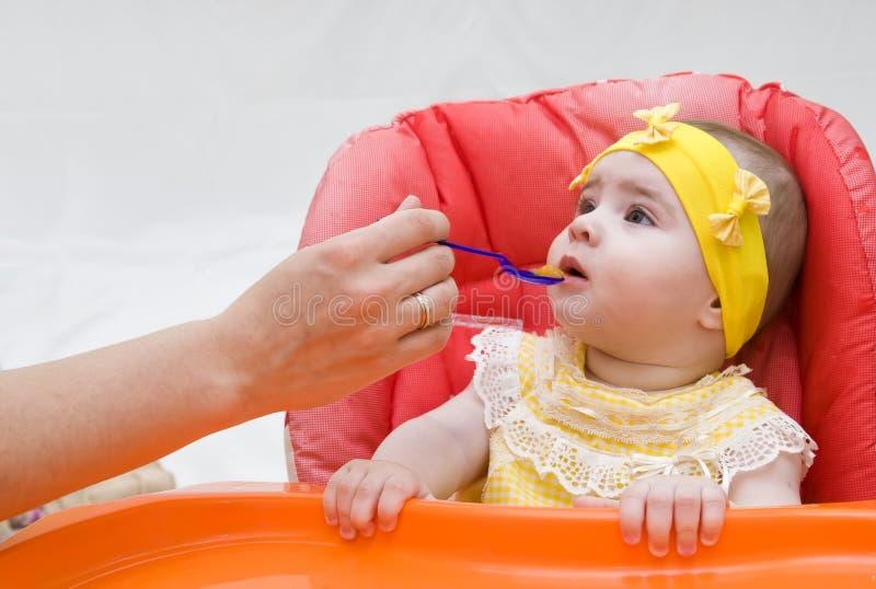 младенец подавая меньшяя ложка стоковые изображения