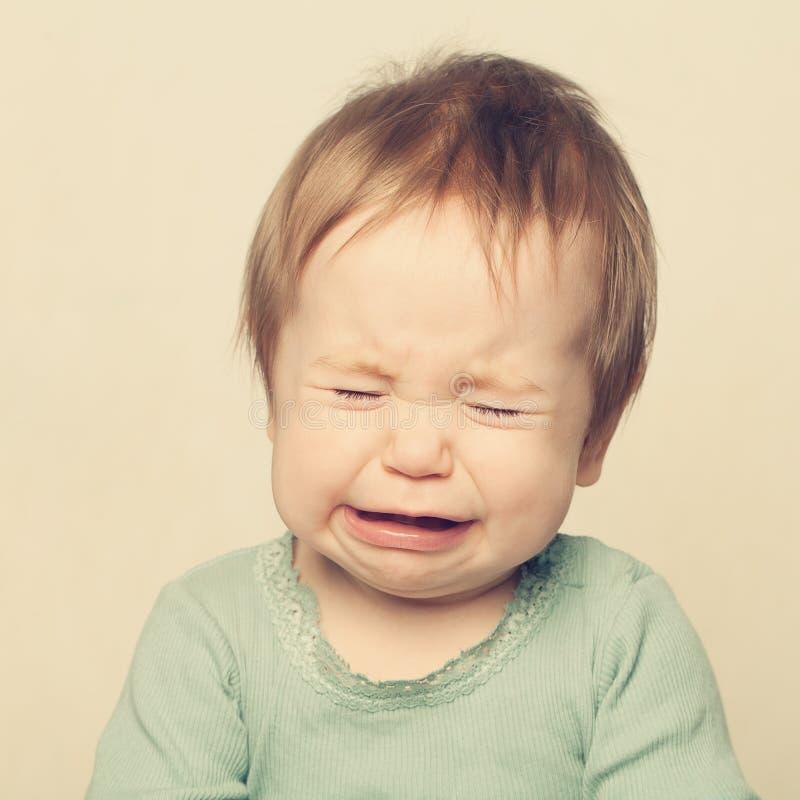 младенец плача немного стоковая фотография