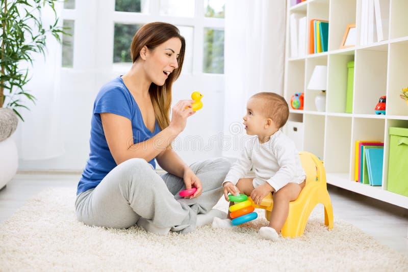 Младенец растя вверх и выходя пеленки стоковая фотография rf