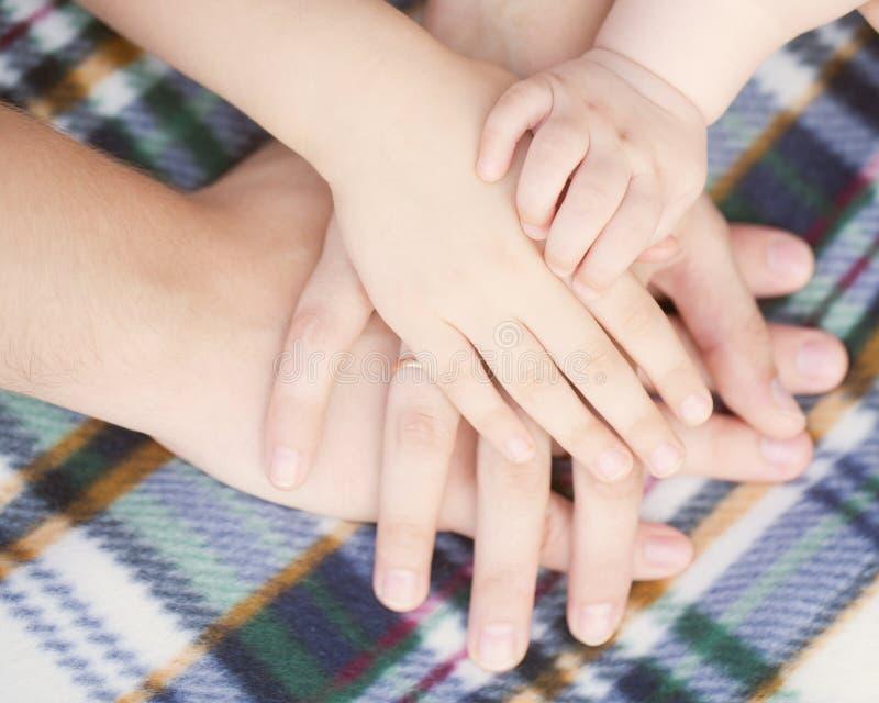 Младенец, ребенок, мать, руки отца скрепляет болтами гайки семьи принципиальной схемы состава стоковое изображение