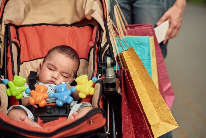 Младенец спать в экипаже стоковое изображение rf
