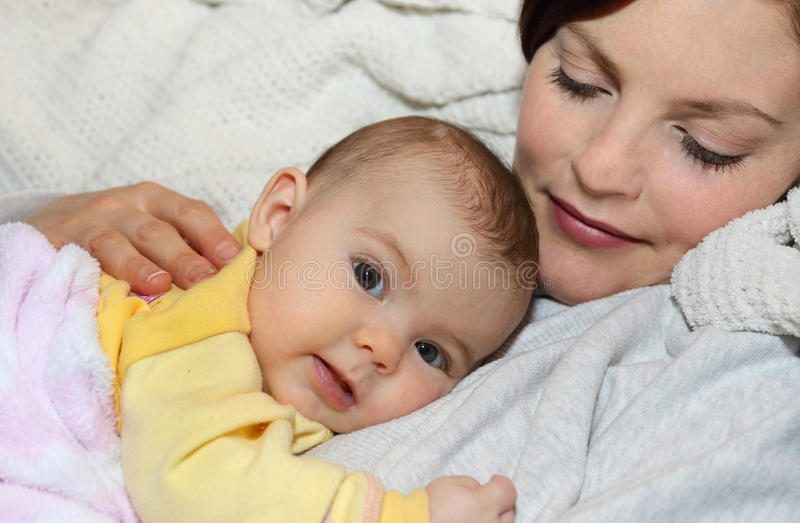 Младенец спать на ее матери стоковое изображение rf