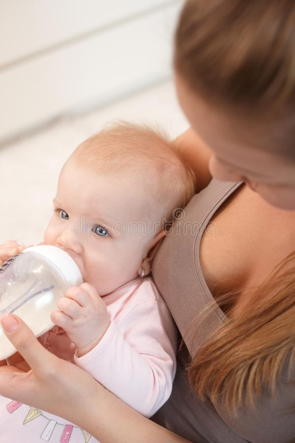 Младенец с бутылкой ухода стоковое изображение rf