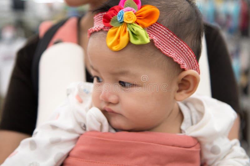 младенец с держателем стоковая фотография rf