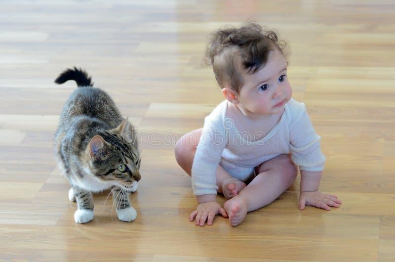 Младенец с животным стоковая фотография