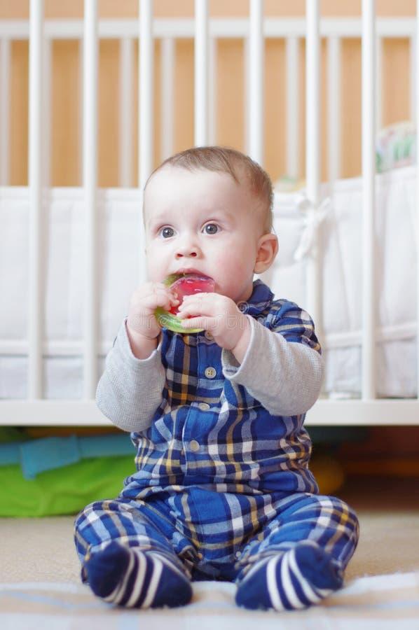 Младенец с игрушкой прорезывания зубов стоковые изображения