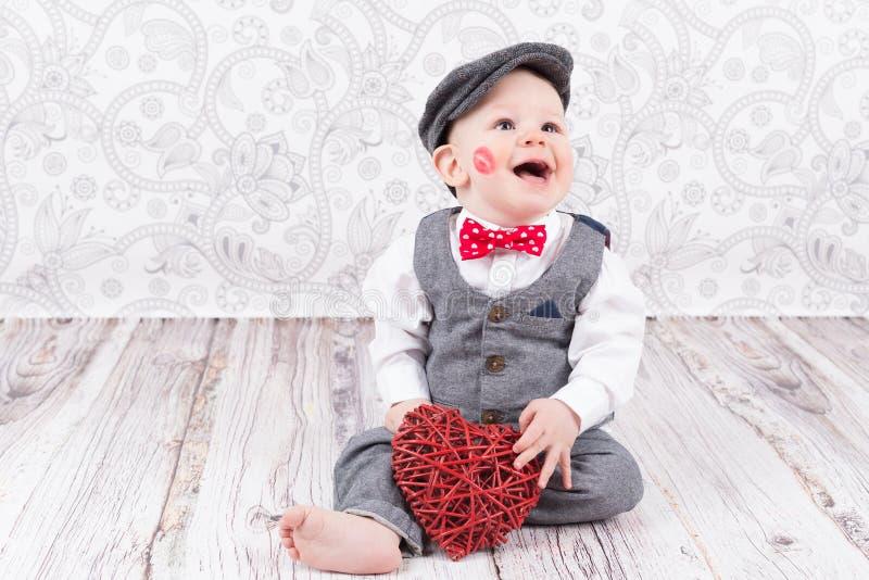 Младенец с красными поцелуем и сердцем стоковая фотография
