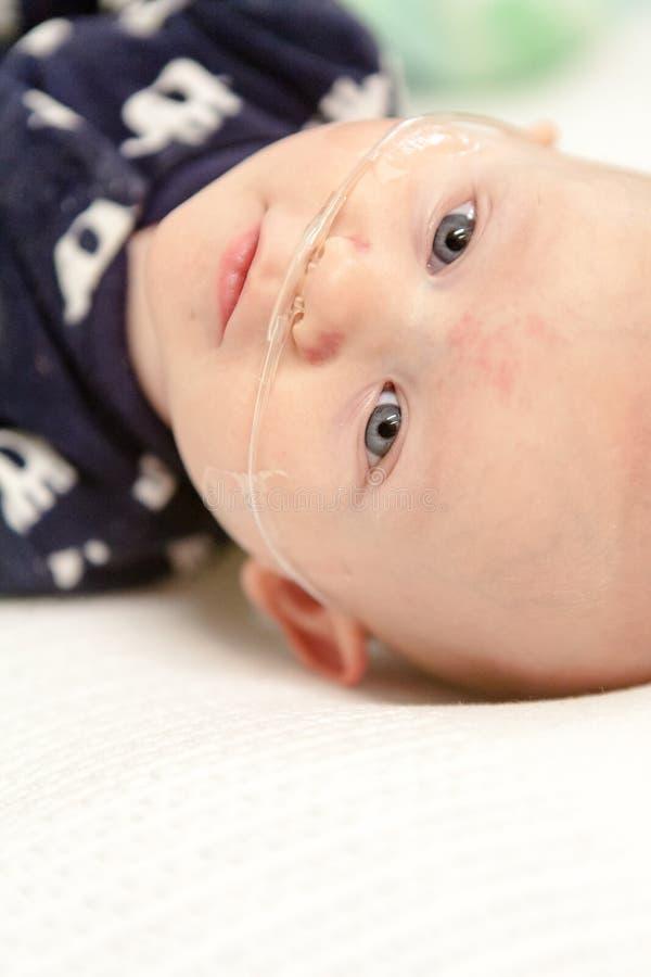 Младенец с дышая трубкой стоковые изображения rf