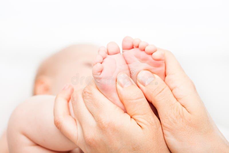 Младенческий массаж ноги стоковое изображение