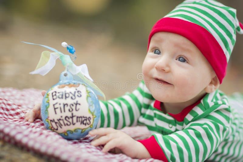 Младенческий младенец на одеяле с Babys орнаментом рождества сперва стоковое фото rf