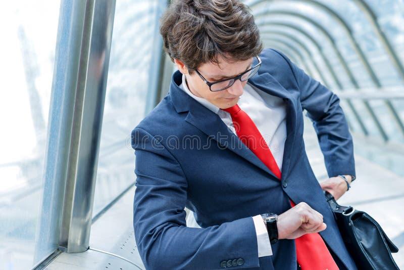 Младшие администраторы времени компании наблюдая стоковые изображения rf