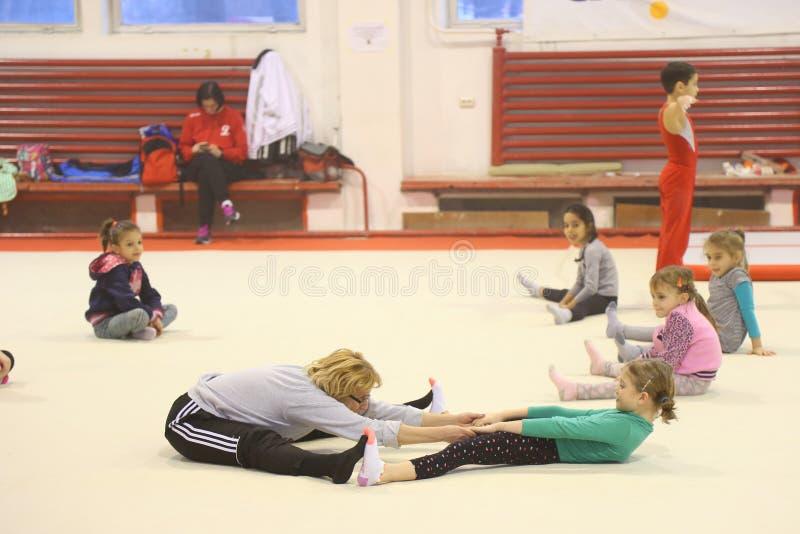 Младшие гимнасты в тренировке стоковое изображение