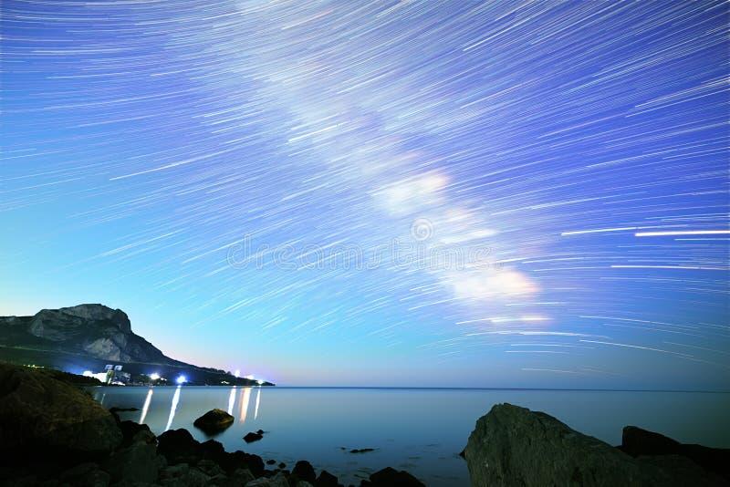 Млечный путь Звезды в форме линий Южный Крым От времени l стоковые фото