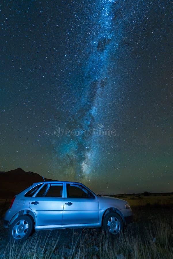 Млечный путь и автомобиль, южная Патагония стоковая фотография
