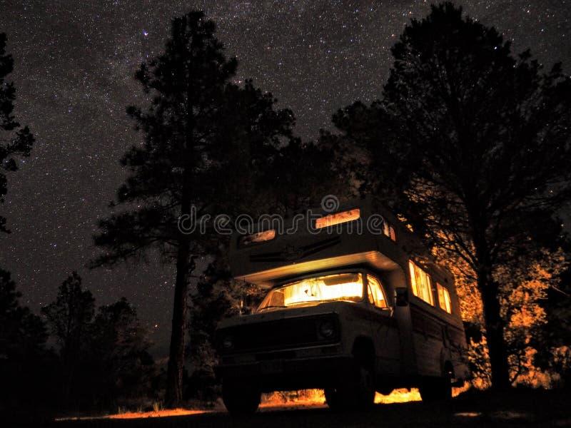 Млечный путь и звезды с Motorhome стоковая фотография rf
