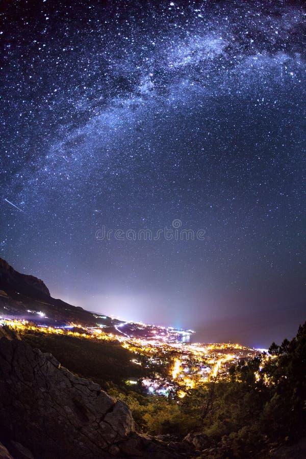 Млечный путь Красивая ноча лета на море стоковое изображение