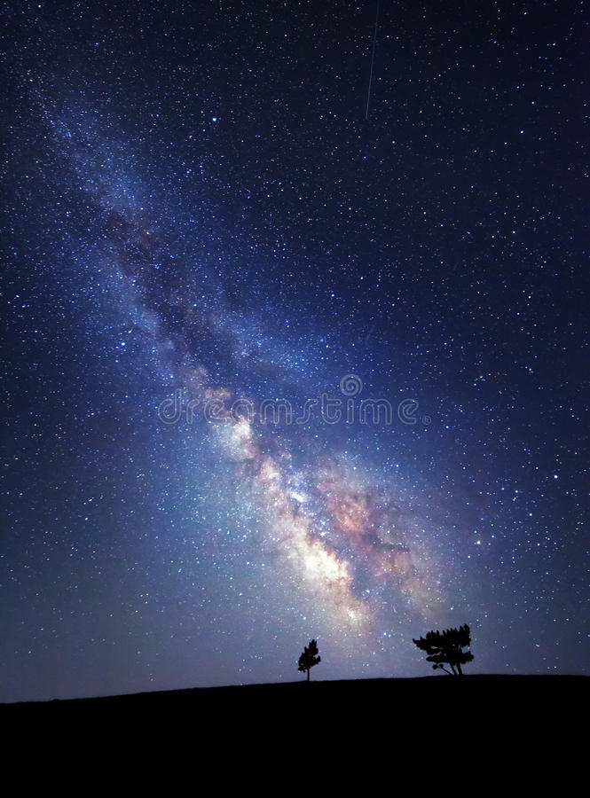 Млечный путь Красивое ночное небо лета с звездами Справочная информация стоковое изображение