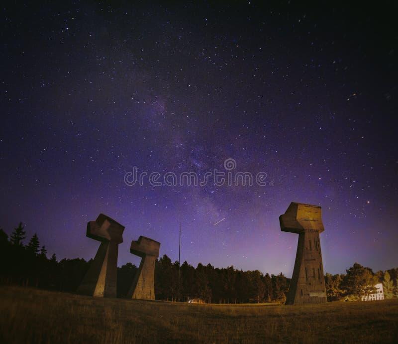 Млечный путь над мемориальным парком стоковые фотографии rf