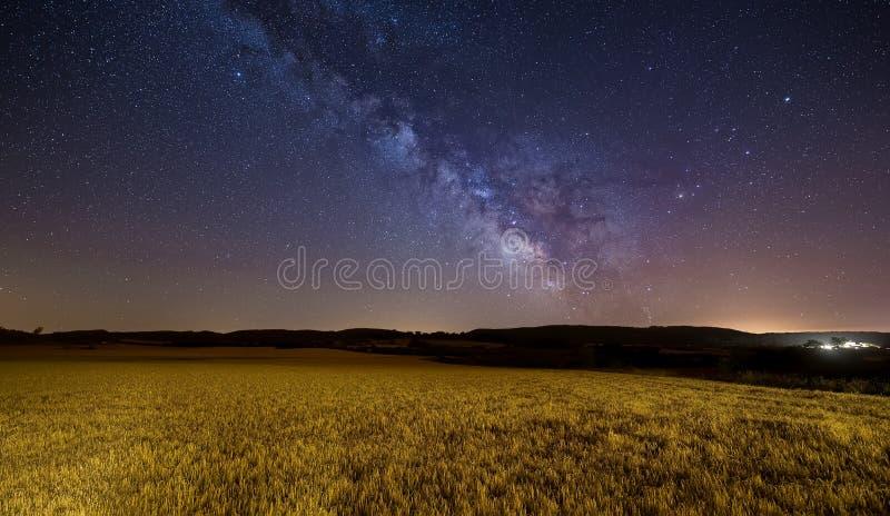 Млечный путь над полем хлопьев стоковые изображения
