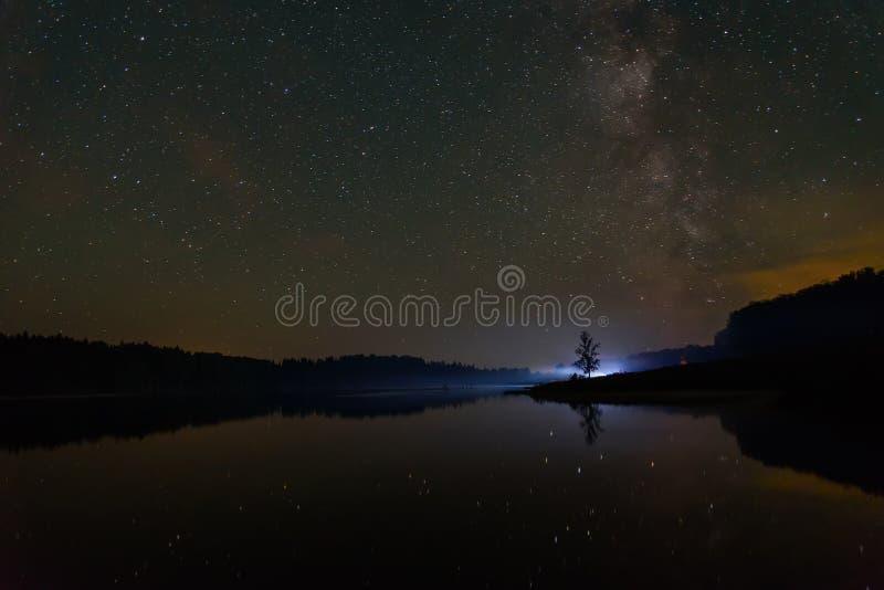 Млечный путь неба озера звезд стоковые фото