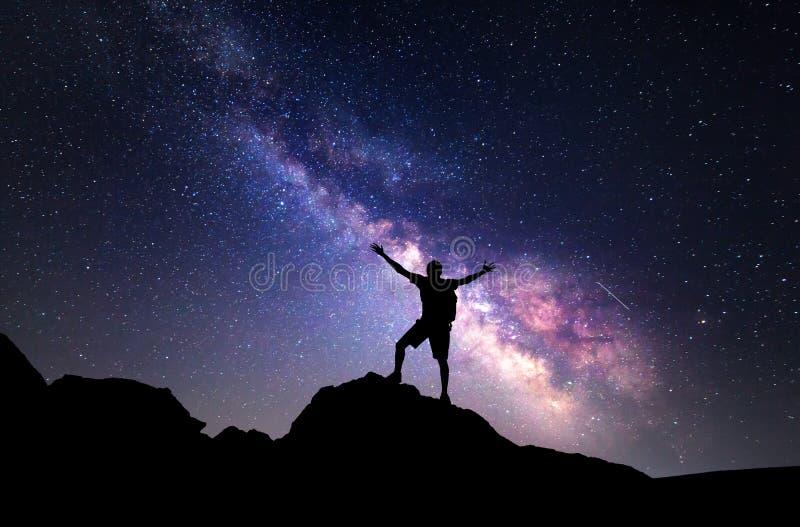 Млечный путь Ночное небо и силуэт человека стоковое изображение rf