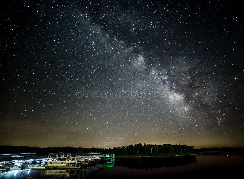 Млечный путь около дома Арканзаса горы стоковое фото rf