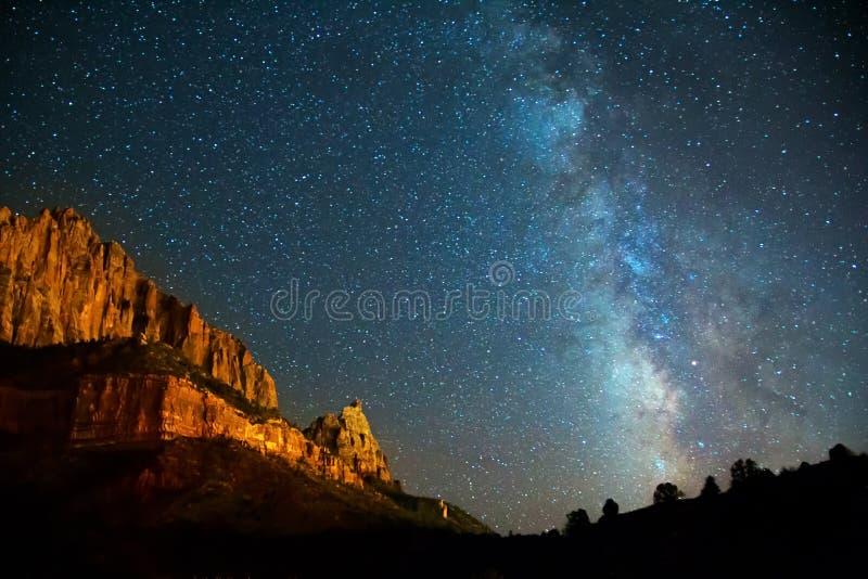 Млечный путь Nightscape в каньоне Сиона стоковое изображение rf