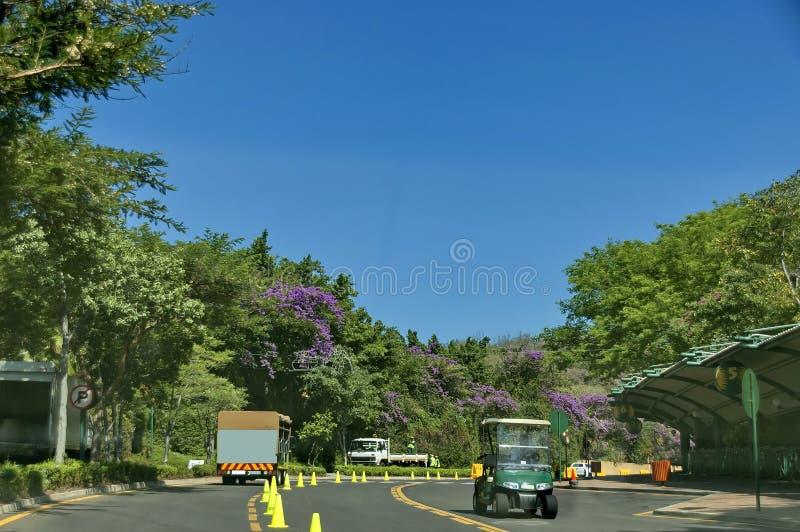 ?aintenance de la superficie y del cerco de la carretera en Sun City foto de archivo libre de regalías