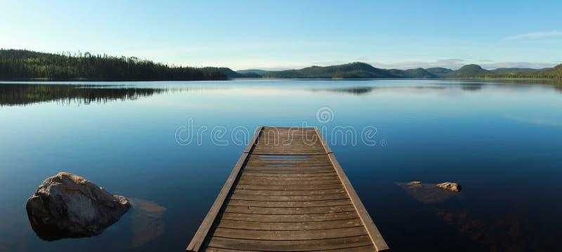 Набережная на спокойном озере стоковое изображение rf