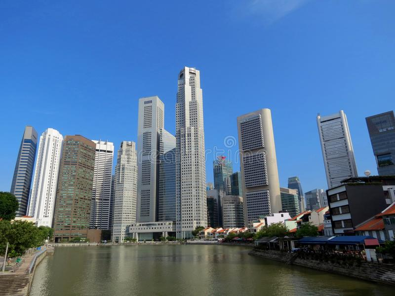 Набережная шлюпки и бизнес-центр в Сингапуре стоковая фотография