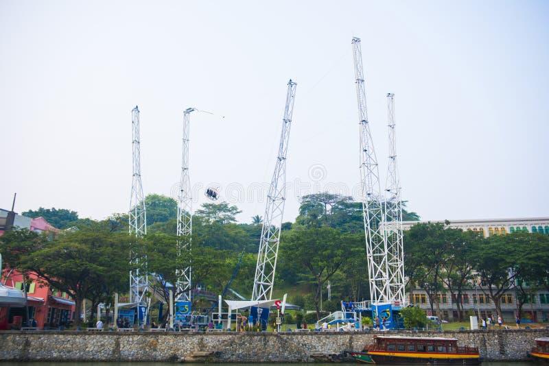 НАБЕРЕЖНАЯ CLARK, СИНГАПУР - 12-ОЕ ОКТЯБРЯ 2015: G- максимальный обратный Bungee стоковое изображение