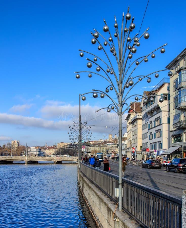 Набережная Limmatquai в Цюрихе с лампами освещения рождества стоковые изображения
