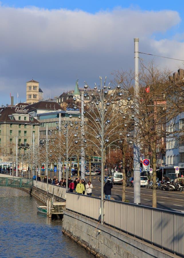 Набережная Limmatquai в Цюрихе с лампами освещения рождества стоковые фото