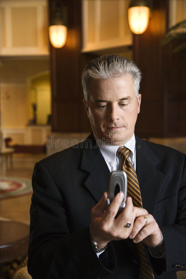 набирать мобильного телефона бизнесмена стоковые изображения rf
