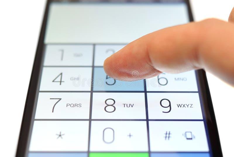 Набирать на smartphone сенсорного экрана стоковое изображение