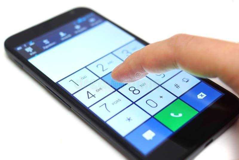 Набирать на smartphone сенсорного экрана стоковое изображение rf