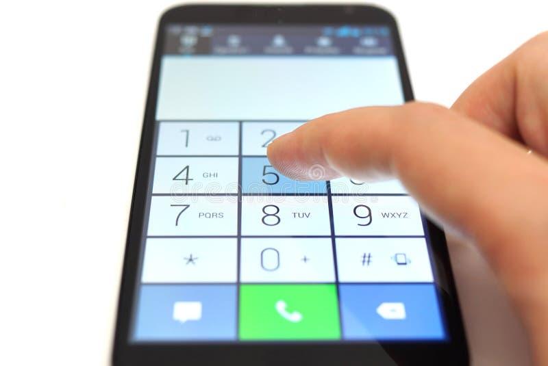 Набирать на smartphone сенсорного экрана стоковая фотография