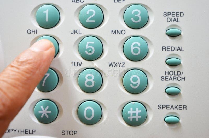 Набирать путем нажатие, который хотят номеров для того чтобы вызвать со старым телефоном стоковые фотографии rf