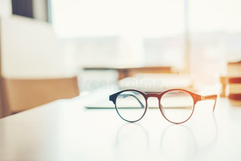Наблюдайте стекла на концепции образования таблицы исследования стоковое изображение