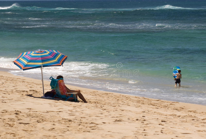 наблюдать мати ребенка пляжа стоковые изображения
