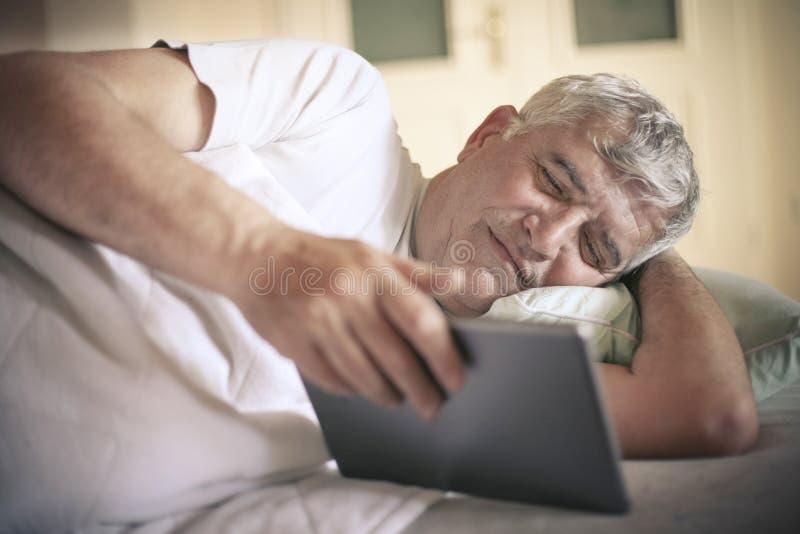 Наблюдать на цифровой таблетке стоковая фотография rf