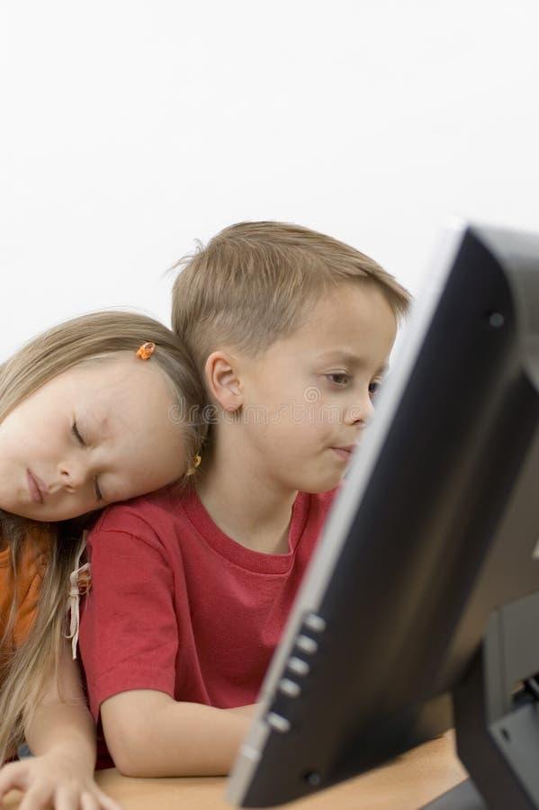 наблюдать tv девушки мальчика стоковая фотография rf