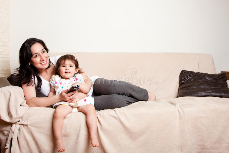 наблюдать tv мати дочи стоковые изображения