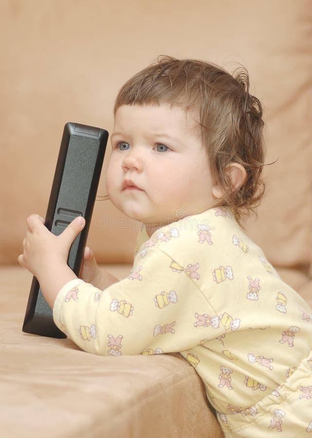 наблюдать tv младенца стоковая фотография