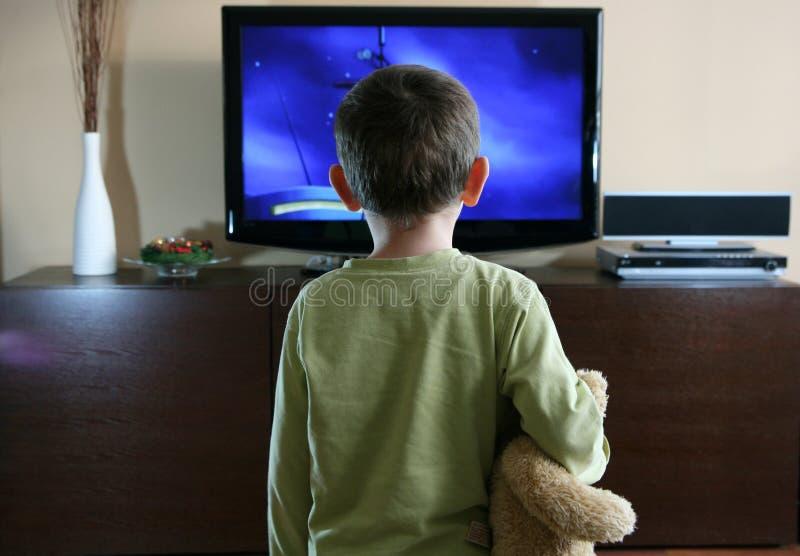 наблюдать tv ребенка стоковые изображения