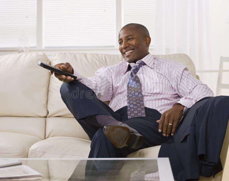 наблюдать tv человека афроамериканца привлекательный стоковые фотографии rf