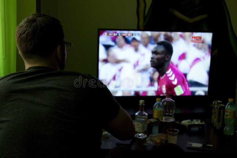 наблюдать tv человека футбола стоковые изображения